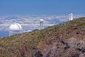 Büyük teleskoplar, en yüksek tepe la palma bulutların üstünde — Stok fotoğraf