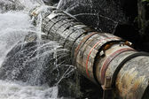 Vieux tuyau qui fuit — Photo