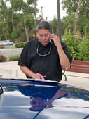 Native American man talking on cell phone — Stock Photo