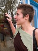 年轻女子窗口购物 — 图库照片