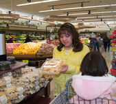 Native American woman in a grocery store — Stock Photo