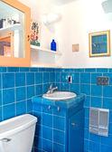 Bir banyo, turkuaz çini eser — Stok fotoğraf