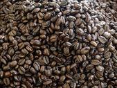 Dark roast coffee beans — Stock Photo