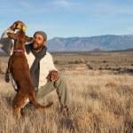 člověk hraje s jeho psem — Stock fotografie