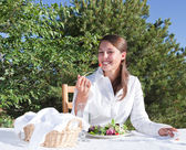 Vrouw eten salade — Stockfoto