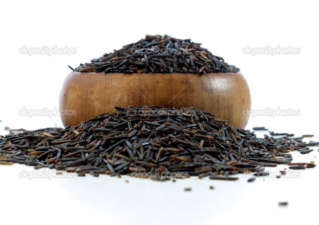 Wild rice in a wooden bowl isolated on white background — Foto Stock #7553127