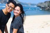 幸福的亚洲情侣在海滩上 — 图库照片