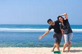 Divertida pareja en la playa — Foto de Stock