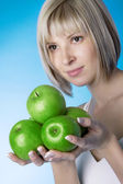 Flicka med ett grönt äpple — Stockfoto