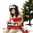 Foto Stock: Santgirl deploying boxes with gifts