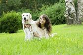 Dívka s zlatý retrívr v parku — Stock fotografie