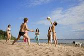Na praia jogando volei — Fotografia Stock