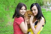 Parkta bir köpekle kızlar — Stok fotoğraf