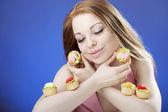Beautiful girl who eats cakes — Stock Photo