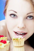 Beautiful girl who eats cakes — Stock Photo