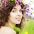Foto Stock: Girl wearing wreath of wild flowers in field