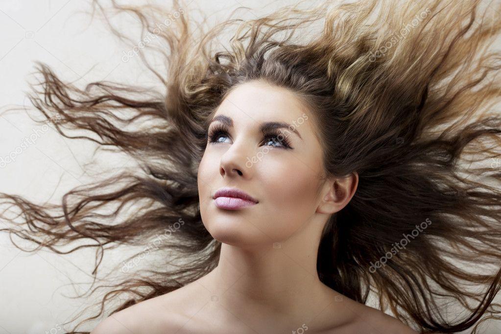 《长头发的女孩怎么睡的 》图片