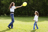 Mother playing with her daughter in the park — Stock Photo