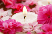Cure thermale, fleurs dans l'eau avec des bougies — Photo