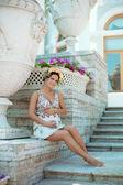 Beautiful pregnant woman near the palace — Stock Photo