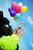 Renkli hava balonları bir sürü tutan kadın — Stok fotoğraf