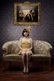 Luksusowe modele czarujący w złocie — Zdjęcie stockowe