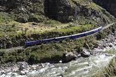 Trem para machu picchu com o rio urubamba — Foto Stock