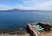 łodzie zadokowany na brzegu jeziora titicaca — Zdjęcie stockowe