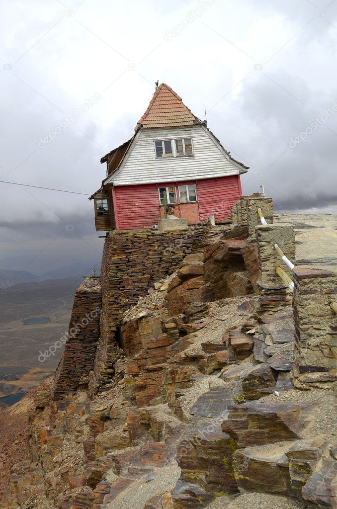 Ski Hut on Chacaltaya mountain. Oldest ski lift in South America — Stock Photo #7478578