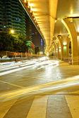 Hoge snelheid verkeer en wazig licht paden onder het viaduct — Stockfoto
