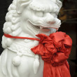 Chinese traditional sculpture lion with red silk — Foto de Stock