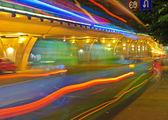 High-speed-traffic und unscharfes licht wege unter der überführung — Stockfoto