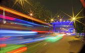 Sentieri offuscata veicoli ad alta velocità sulle strade urbane — Foto Stock