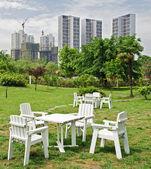 Bianco sedia e tavolo su prato verde — Foto Stock