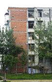A dilapidated tenement block will dismantled — Foto de Stock