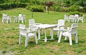 Bílé křeslo a stůl na zeleném trávníku — Stock fotografie