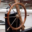 Wooden steering wheel on old sailboat - Stockfoto