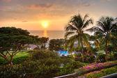 Zonsondergang in tropische resort. — Stockfoto