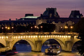 Vista de paris do rio seine um pôr do sol — Fotografia Stock