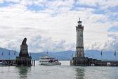 Schiff passiert die Hafenausfahrt von Lindau am Bodensee — Stock Photo