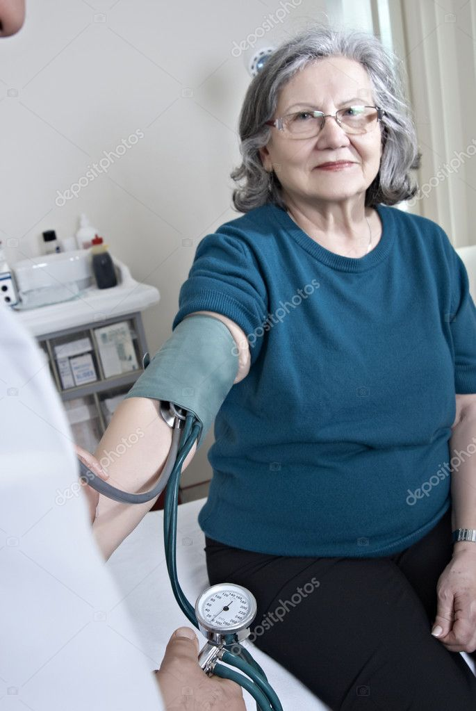 Doctor measuring mature patient blood presure — Stock Photo #7567048