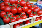 Tomates em um carrinho de mercado — Foto Stock