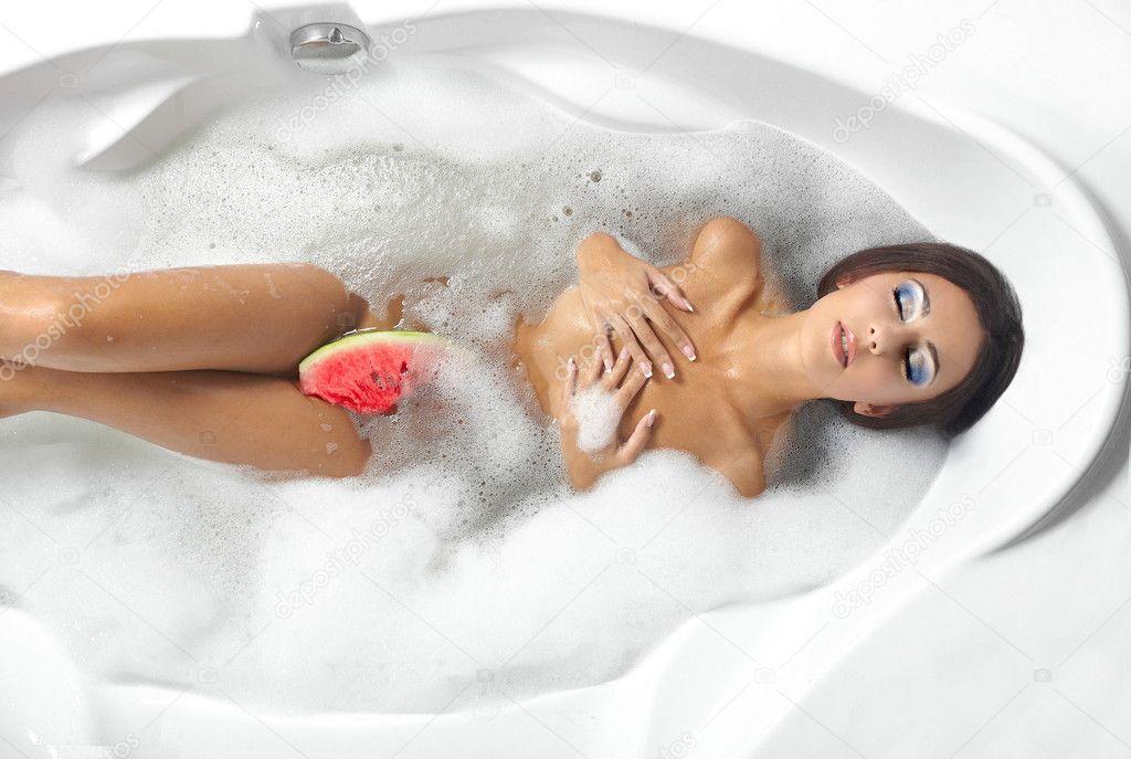 Грудастая девушка принимает ванну после вечеринки  258578