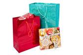 Bolsas de regalo festivo brillante y caja de regalo — Foto de Stock