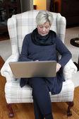 Senior avec ordinateur portable — Photo