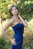Meisje in blauwe jurk — Stockfoto