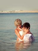 Embracing couple on the seaside — Stock Photo