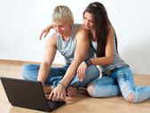 Happy young couple using laptop — Stok fotoğraf