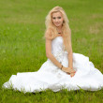 Beautiful bride posing in her wedding day — Stock Photo #7562924