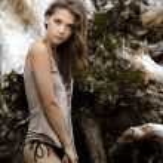 A beautiful girl near an old tree — Stock Photo #7651117